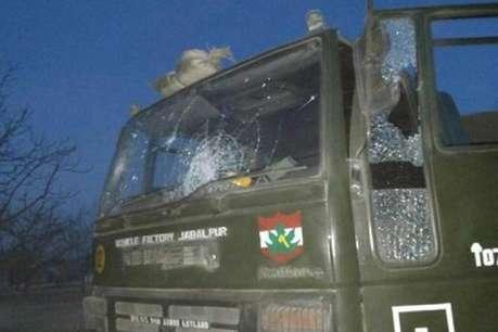 जम्मू कश्मीर: पुलवामा में IED ब्लास्ट, सेना की गाड़ी को नुकसान