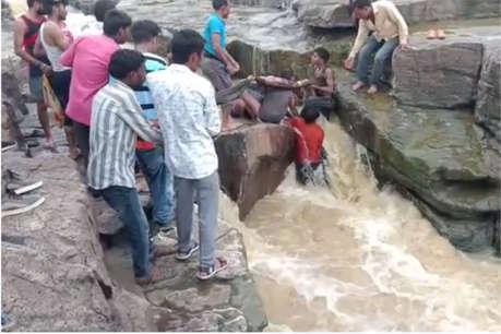 झरने के नीचे नहाते समय टिक-टॉक पर वीडियो बना रहा किशोर बहा, चट्टानों में फंसा