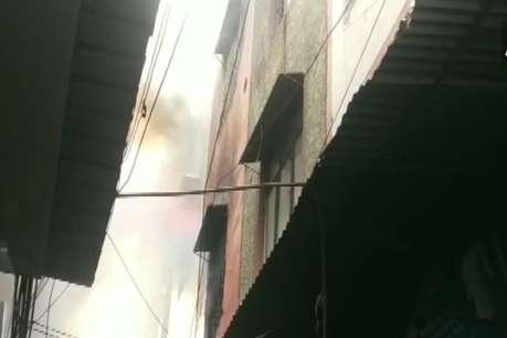 गांधी नगर मार्केट में भीषण आग, दमकल की 21 गाड़ियां मौके पर मौजूद