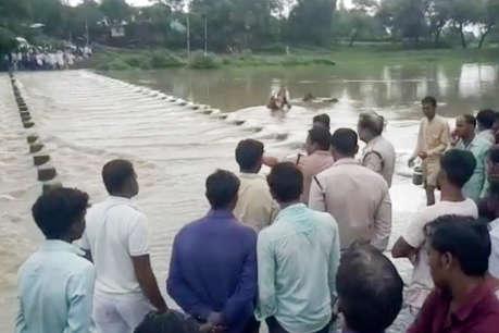 मध्य प्रदेश: जमधड़ नदी को बाइक से पार कर रहे दो युवक पानी में बहे, पुलिस ने एक को बचाया