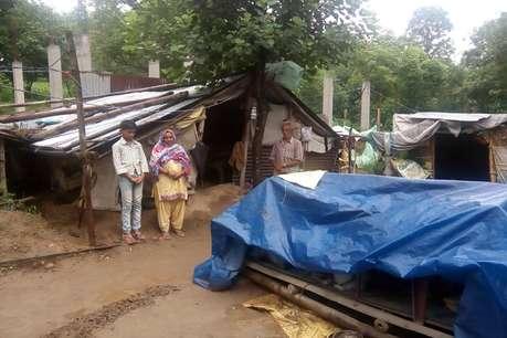 गरीब की झोंपडी: घर बनाने के लिए सरकारी ऐड नहीं मिली तो प्रशासन से मांगा जहर