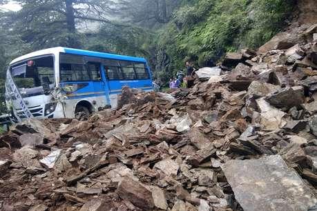 हिमाचल के कुफरी में लैंडस्लाइड, चपेट में आई बस खाई में गिरने से बची