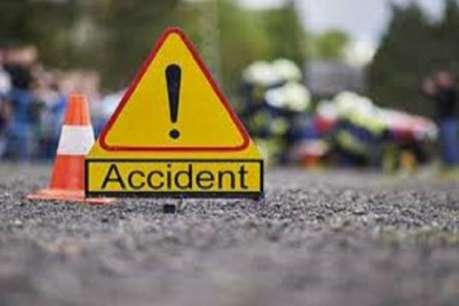 सड़क हादसे में बाइक सवार महिला की मौके पर ही मौत, एक की हालत गंभीर