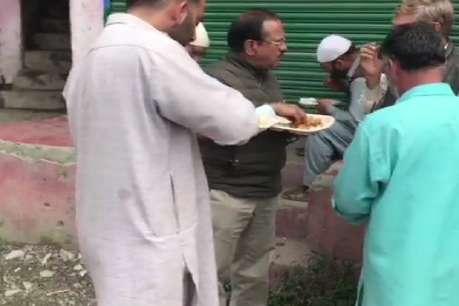 370 हटने के बाद कश्मीर पहुंचे डोभाल, सड़क पर लोगों के साथ खाया खाना; कहा- सब कुछ अच्छा होगा
