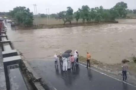 खरगोन में भारी बारिश से नदी-नाले उफान पर, प्रशासन ने जारी किया अलर्ट
