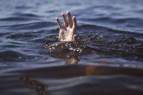 दो दोस्तों को बचाने नदी में कूदा छात्र डूबा, गोताखोर कर रहे बच्चे की तलाश