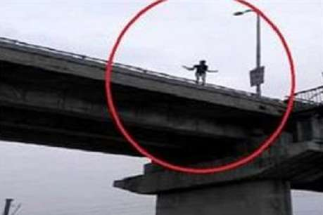 Article 370: फैसले का 'जश्न मनाने' के लिए लड़की ने नदी में लगाई छलांग, VIDEO वायरल