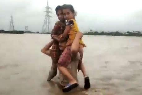 बाढ़ में फंसे बच्चियों का 'हनुमान' बना ये पुलिसकर्मी, कंधे पर बैठाकर किया रेस्क्यू