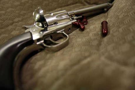 पत्नी ने जहर खाकर दी जान, आरक्षक पति ने खुद को मार ली गोली