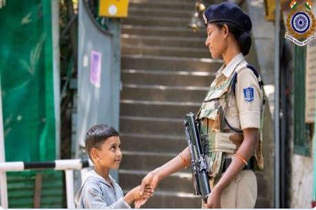 CRPF की महिला सुरक्षाकर्मी से कश्मीरी बच्चे ने मिलाया हाथ, फोटो हुआ वायरल
