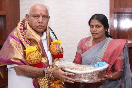 कर्नाटक: सीएम येदियुरप्पा को गिफ्ट देना महिला मेयर को पड़ा भारी, लगा जुर्माना