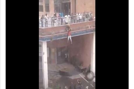 अस्पताल की छत से कूद गई थी लड़की, तभी एक शख्स ने पकड़ लिया हाथ - देखें video