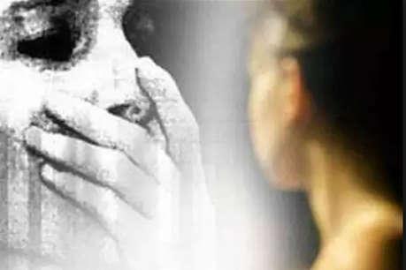 पति के दोस्त ने महिला को घर में अकेला देख किया दुष्कर्म, बताने पर दी जान से मारने की धमकी
