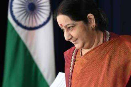 सुषमा भारतीयों के लिए उतनी ही दूर थीं, जितना आपके हाथों से सोशल मीडिया