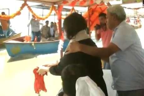 VIDEO: सुषमा स्वराज की अस्थियों को बेटी ने किया गंगा में विसर्जित