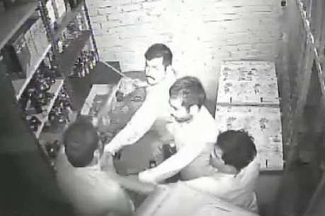 फ्री में शराब नहीं दी तो युवकों ने कर डाली सेल्समैन की धुनाई, वीडियो वायरल
