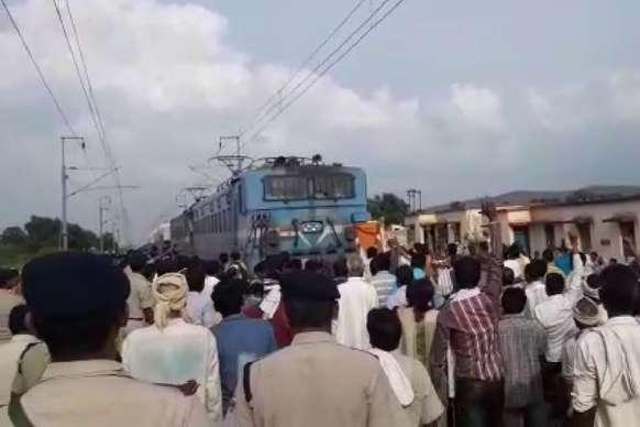 VIDEO: देखिए ग्रामीणों ने कैसे रोक दी मालगाड़ी