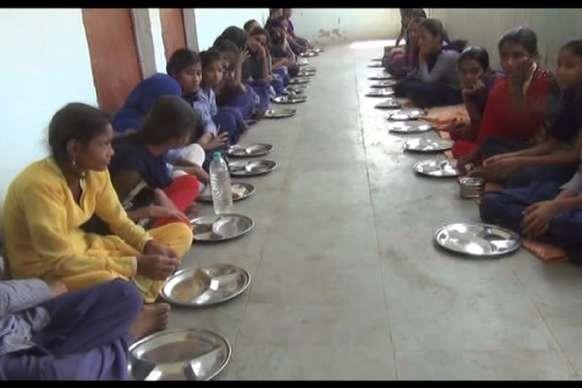मध्यान्ह भोजन के नाम पर बच्चों को मिल रहा है आधा पेट भोजन