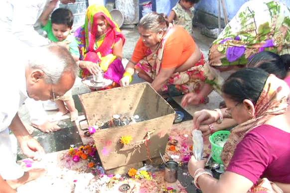 VIDEO: नवरात्र पर्व की शुरुआत, मंदिरों में लगा श्रद्धालुओं का तांता