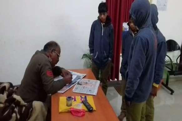 चार आदिवासी बच्चे हरदा के चारखेड़ा गांव में मिले