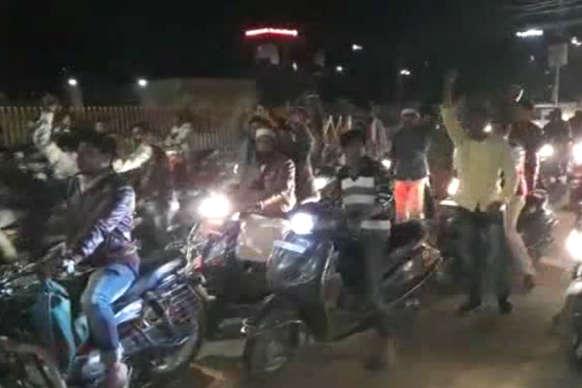 मारपीट करने वाले छात्रों के खिलाफ फल विक्रेताओं ने किया विरोध प्रदर्शन