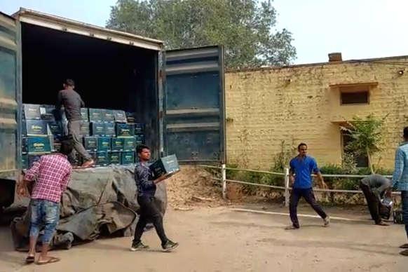 नशे के खिलाफ पुलिस की बड़ी कार्रवाई, अवैध शराब से भरे दो ट्रक जब्त