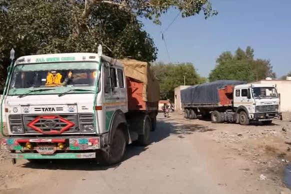 VIDEO: पुलिस ने जिप्सम से भरे दो ट्रकों को किया जब्त