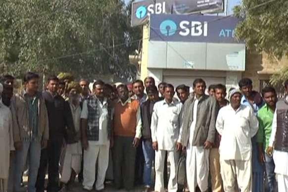 मोहनगढ़ की एसबीआई शाखा पर बीस दिनों से लटके हैं ताले