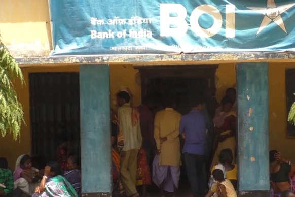 यहां बैंक से पैसा निकालना मतलब तपती धूप में संघर्ष करना