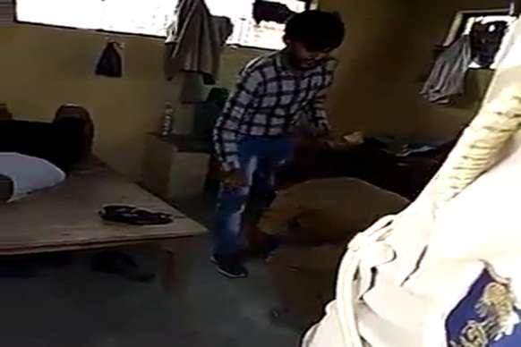 घूस लेने का VIDEO देख गिड़गिड़ाने लगा पुलिसकर्मी, उठक-बैठक कर मांगी माफी