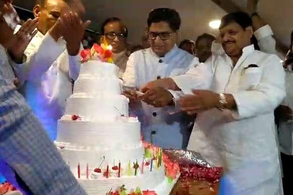 समाजवादी कुनबे में दिखा याराना, रामगोपाल के जन्मदिन पर शिवपाल ने काटा केक