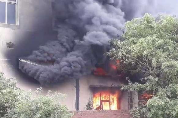 ग्वालियर की गत्ता फैक्ट्री में लगी आग, 25 दमकल गाड़ियां काबू पाने में लगीं