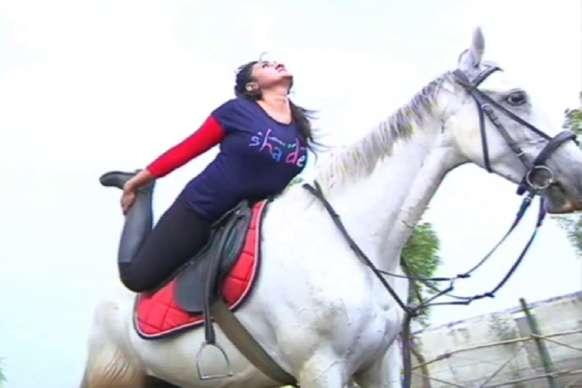 VIDEO: घुड़सवारी करते हुए लड़की ने किया योग, देखकर दंग रह जाएंगे आप