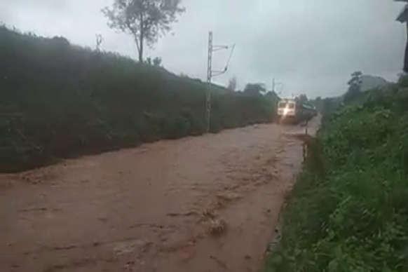 जगदलपुर: ट्रैक पर पानी भरने से फंसी हीराखंड एक्सप्रेस, यात्री फंसे