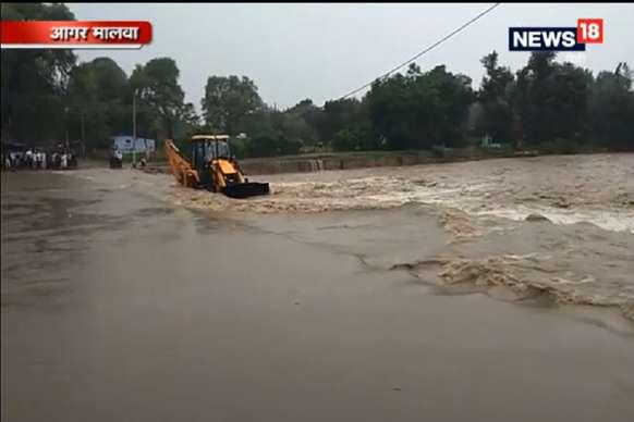 VIDEO: भारी बारिश के बाद जान जोखिम में डालकर पार कर रहे हैं पुल