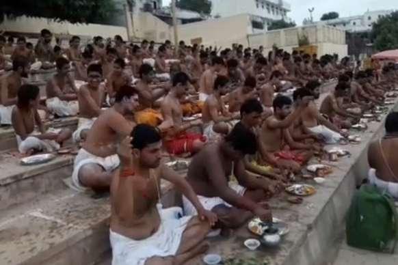 सैकड़ों पुरोहितों ने 108 स्नान कर पापों का किया प्रायश्चित
