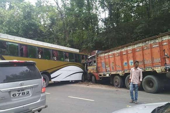 कोडरमा: यात्रियों से भरी बस की ट्रक से टक्कर, 25 घायल