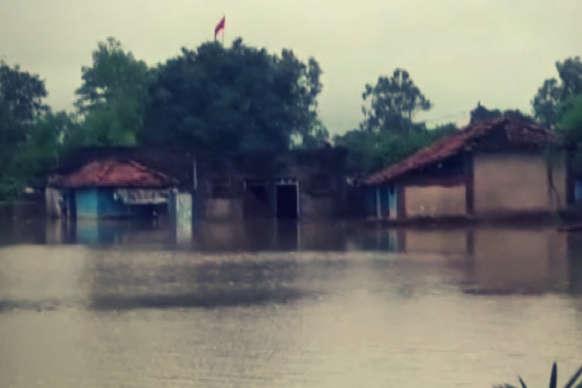 बारिश से बेहाल: इस गांव में छह फीट तक भर गया पानी!
