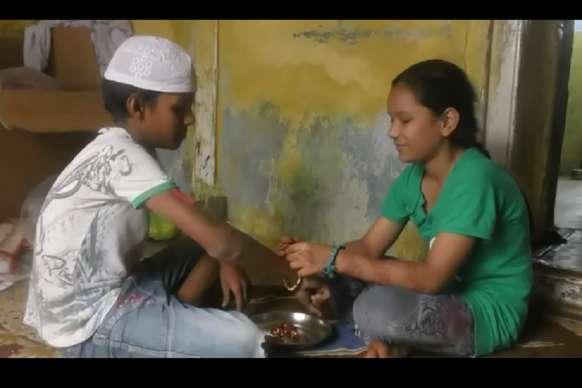VIDEO: यहां सालों से हिंदू बहनें मुस्लिम भाईयों को बांध रही हैं राखी