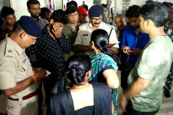 घर में घुसकर बदमाशों ने बीजेपी नेता और उसकी बेटी को गोलियों से भूना