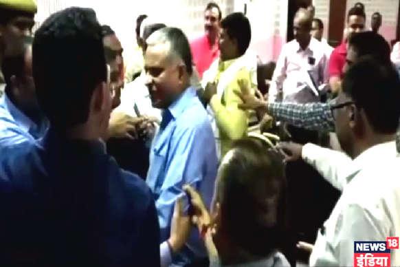 VIDEO- बलिया: BJP विधायक सुरेंद्र सिंह ने शिक्षा विभाग के अफसर से की हाथापाई