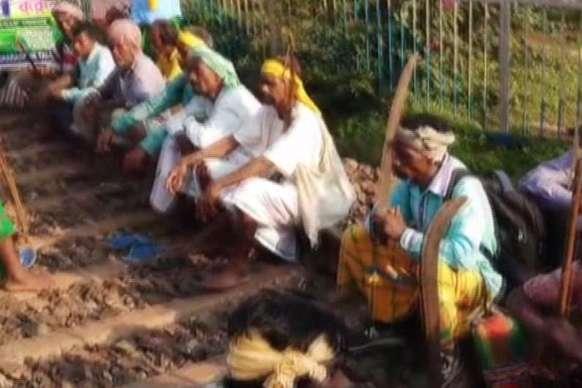 बंगाल में ओलचिकी लिपि की मांग को लेकर रेल ठप, ये ट्रेनें हुईं बाधित