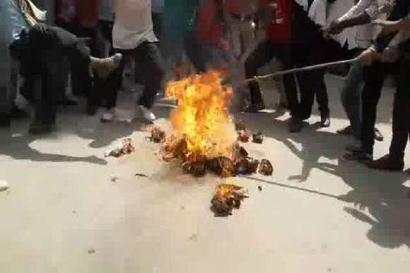 VIDEO : लाठी चार्ज के विरोध में कांग्रेसियों ने सीएम का पुतला फूंका