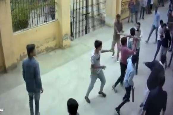 VIDEO: कॉलेज में गुंडागर्दी का वीडियो वायरल