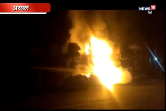 VIDEO: दो ट्रकों की भिड़ंत में लगी आग, चालक की मौत