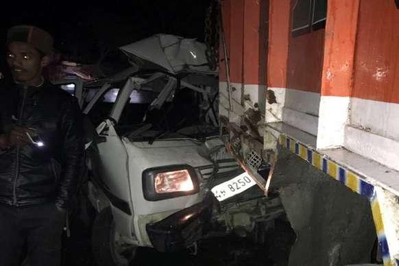 चंडीगढ़-मनाली हाईवे पर खड़े ट्रक से टकराई तेज रफ्तार वैन, 2 युवकों की मौत