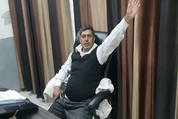 VIDEO: जब SDM की कुर्सी पर जा बैठा नशेड़ी हलवाई, झाड़ने लगा रौब
