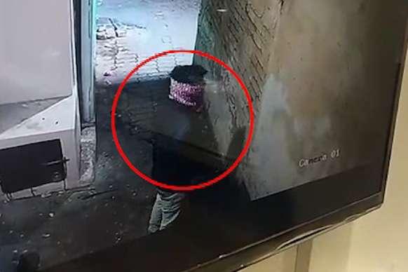 CCTV में दिखा गोंडा का वो चोर, जिसने काली मंदिर में की काली करतूत