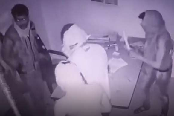 CCTV: पेट्रोल पंप पर 6 हथियारबंद नकाबपोशों का हमला, तोड़फोड़ और लूट