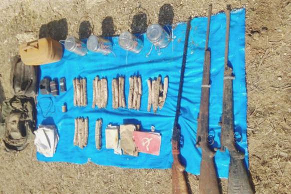 पुलिस ने जमीन खोदकर निकाला विस्फोटक, जंगल से नक्सली हथियार बरामद